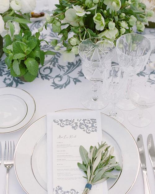 Ở đĩa ăn của khách đều có thực đơn. Bộ dao nĩa, đĩa ăn mang tông trắng bạc đem đến sự sang trọng.