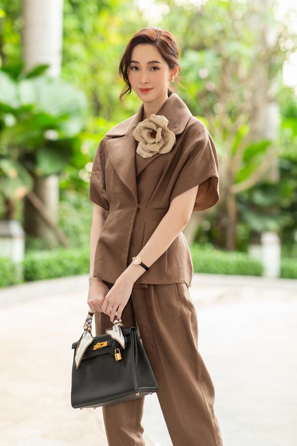 Hoa hậu Thu Thảo cũng diện set đồ chất liệu tương tự để làm mới hình ảnh bản thân.