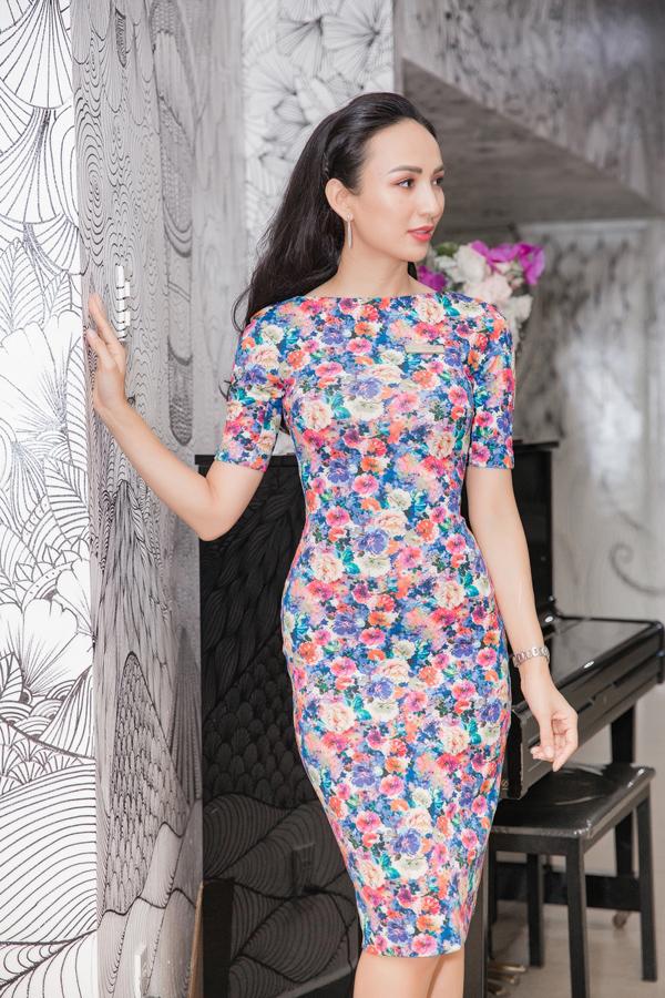Đảm nhận vai trò giám khảo một cuộc thi hùng biện tiếng Anh tại TP HCM, Hoa hậu Ngọc Diễm xuất hiện thanh lịch cùng váy họa tiết hoa ôm sát cơ thể.