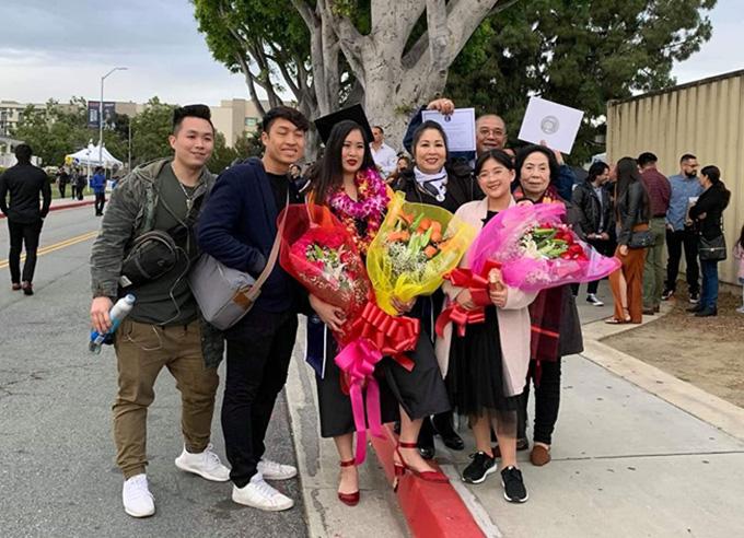 Đại gia đình NSND Hồng Vân có mặt trong ngày vui của Xí Ngầu.