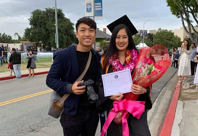 Xí Ngầu chụp ảnh kỳ niệm cùng em trai Trê Phi tại lễ tốt nghiệp.