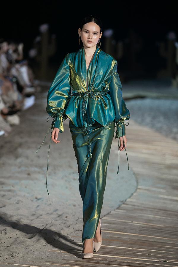Bộ sưu tập giới thiệu nhiều mẫu váy dành cho các quý cô vốn theo đuổi phong cách thanh lịch khi tham gia tiệc tùng.
