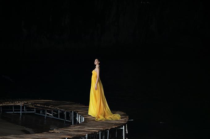 Hoa hậu Thuỳ Dung nổi bật giữa biển đêm trong váy dạ hội của nhà thiết kế Hoàng Minh Hà.