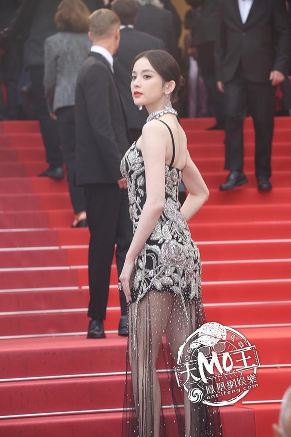 Đây là lần thứ hai Cổ Lực Na Trát tới dự Cannes. Trang QQ đánh giá mỹ nhân Tân Cương tự tin hơn khi sải bước trên thảm đỏ.