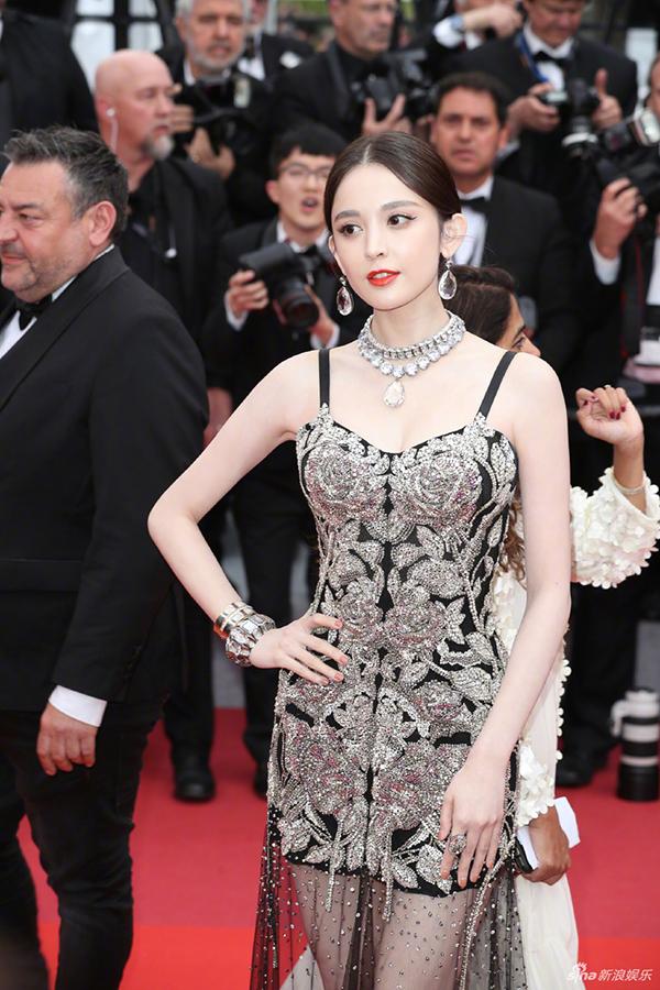 Bông tai, dây chuyền và vòng tay tôn thêm vẻ sang chảnh cho Cổ Lực Na Trát. Cô được tạp chí Harpers Bazaar bình chọn là một trong những khách mời đẹp nhất trên thảm đỏ Cannes cuối tuần qua.