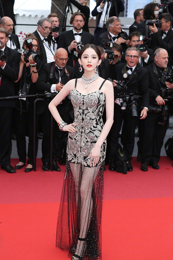 Nữ diễn viên 27 tuổi lựa chọn váy ren đen tôn làn da sáng mịn, khoe khéo ba vòng, riêng phần đuôi váy xuyên thấu để lộ đôi chân thon.