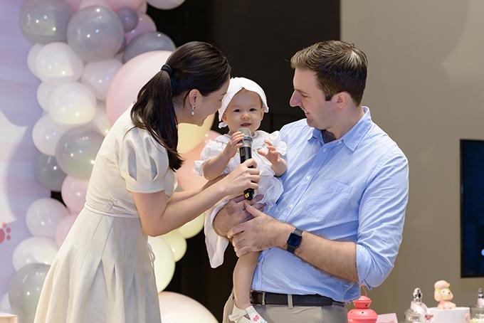 Bé Lina lém lỉnh trong vòng tay của bố David và mẹ Lan Phương.