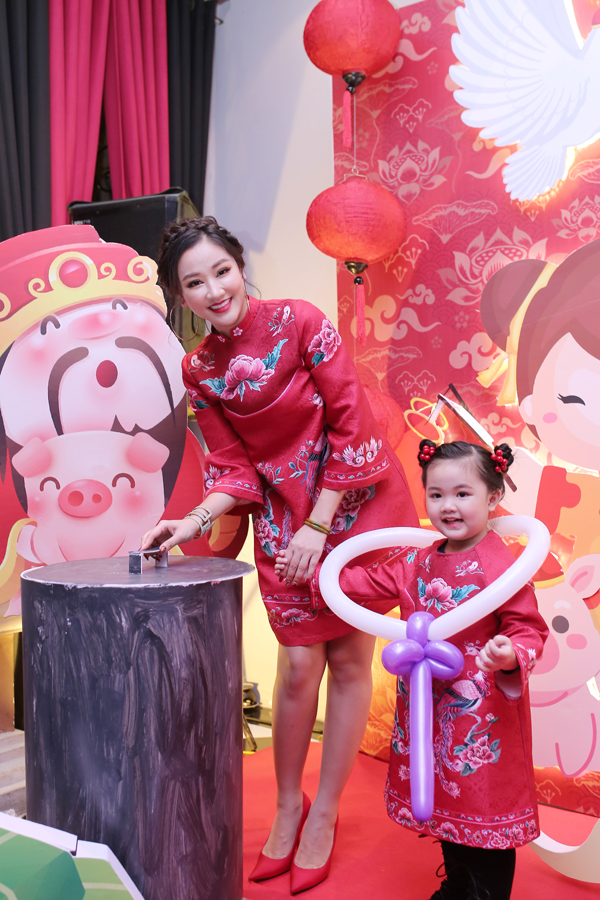 Maya và con gái mặc đồ ton sur ton trong tiệc sinh nhật của bé Bồ Câu hồi đầu năm.