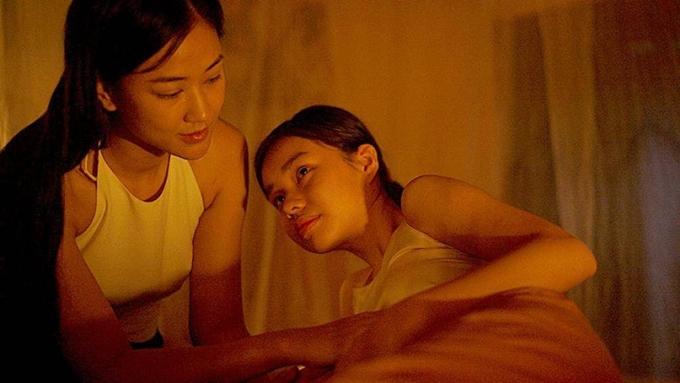 Nguyễn Phương Trà My (phải) và ca sĩ Maya quay một cảnh phim thân mật.