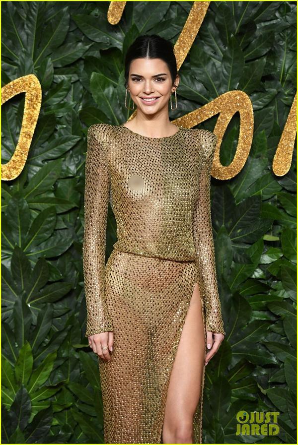 Trên thảm đỏ lễ trao giải 2018 The Fashion Awards diễn ra tại nhà hát Royal Albert Hall ở London,