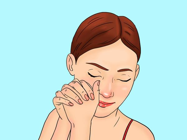 Hai bàn tay đan vào nhau. Dùng phần tiếp xúc của hai ngón cái massage nhẹ nhàng vùng phía dưới gò má, kéo căng về phía tai rồi kéo xuống cằm và cổ. Thực hiện thao tác 10 lần mỗi bên.