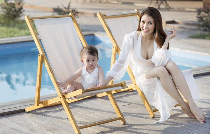 Mẹ con Bảo Như thành thơi ngồi sưởi nắng bên hồ bơi.