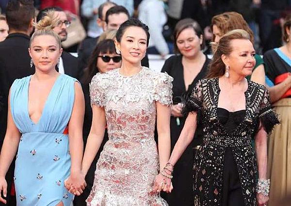 Chương Tử Di nắm tay đi các đồng nghiệp thế giới tại sự kiện điện ảnh.