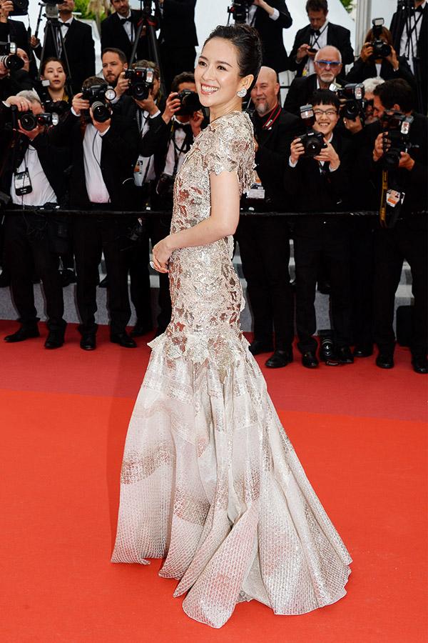 Tử Di diện bộ đầm trong BST Mùa xuân 2019Haute Couture của nhà mốt Givenchy, cười tươi hết cỡ trước rừng máy ảnh của phóng viên quốc tế.