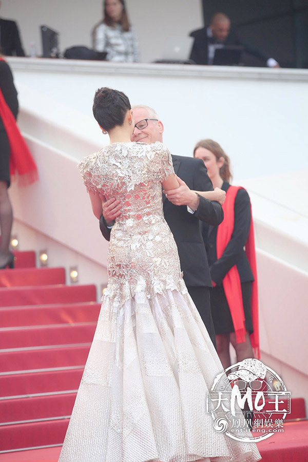 Giám đốc LHP CannesThierry Frémaux trực tiếpđón Chương Tử Di, ôm và dìu cô bước đi thảm đỏ.