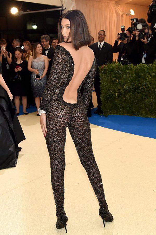 Bella khoe đường cong với trang phục xuyên thấu, ôm sát hình thể.