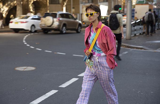 Bên cạnh trang phục đúng trend, Hà Kino còn liên tục lăng xê các kiểu phụ kiện túi xách made in Việt Nam.