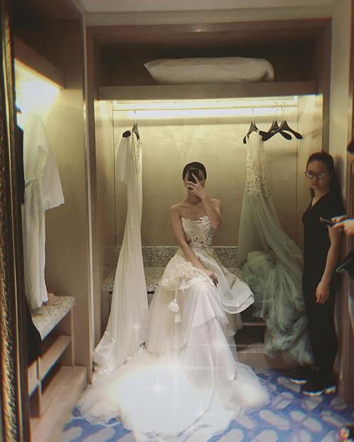 MC Minh Hà đăng ảnh hậu trường chụp ảnh cưới làm dấy lên tin đồn sắp lên xe hoa.