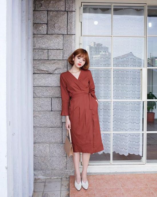 Đàm đơn sắc với những chi tiết hợp mùa như cổ V, đai lưng vải thắt eo sẽ khiến giới nữ công sở sành điệu hơn khi đi làm vào mùa hè 2019.