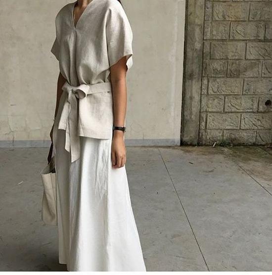 Váy thắt eo cắt may trên chất liệu thân thiện với môi trường. Đi cùng các mẫu áo phom dáng rộng, áo xệ vai là các kiểu chân váy midi phom basic.