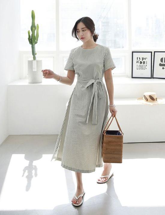 Váy liền thân dáng suông, trang trí đai lưng vải tạo cảm giác thoải mái nhưng vẫn có thể tôn nét gợi cảm cho người mặc.