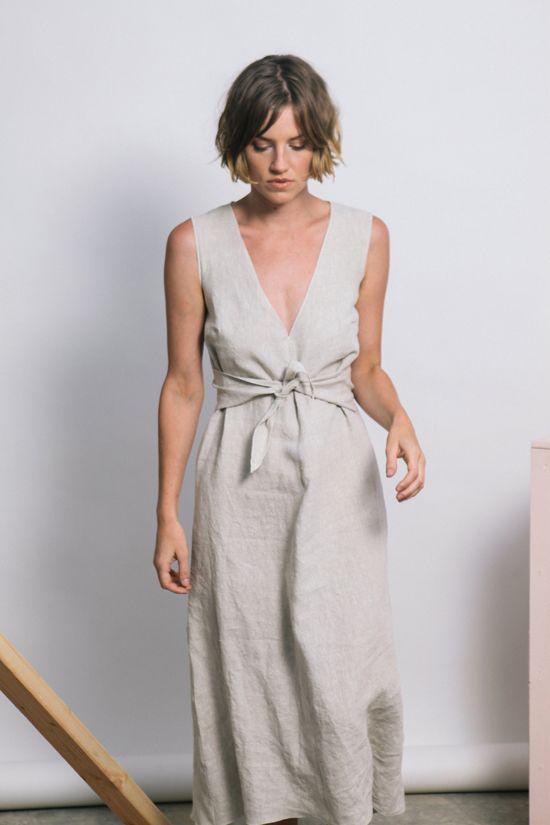 Các mẫu váy áo, sát nách lại mang đến nét tự do, gợi cảm cho chị em công sở khi hẹn hò cà phê, đi mua sắm cùng bạn bè.