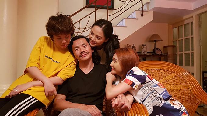 Diễn viên Trung Anh đăng ảnh hậu trường vui vẻ của dàn diễn viên phim Về nhà đi con gồm Thu Quỳnh, Bảo Thanh, Bảo Hân.