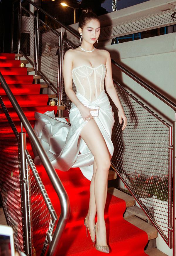 Ngọc Trinh lại mặc váy xuyên thấu dự tiệc ở Cannes