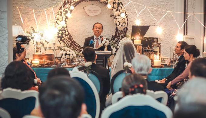 Chúng tôi chuẩn bị cho đám cưới bắt đầu từ sau Tết âm lịch năm nay. Cả hai đã cùng cầu nguyện rằng khi hôn lễ diễn ra thì mùa mưa sẽ đến trễ vì tất cả mọi ý tưởng, sự đầu tư trang trí cho đám cưới đều diễn ra ở ngoài trời. Tuy nhiên, đến phút chót, trước khi lễ bắt đầu khoảng 4 tiếng, chú rể đồng ý thay đổi và dời đám cưới vào trong nhà.