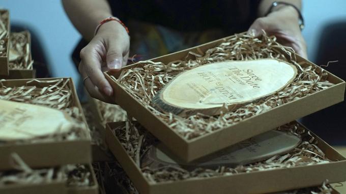 Thiệp cưới được để trong một chiếc hộpđể thể hiện sự trân trọng của uyên ương đến khách mời. Chất liệu làm thiệp từ gỗ, lá cây ép khô, giấy bìa tái chế, sợi dây gai giúp nói lên tính cách mộc mạc, bình dị của đôi vợ chồng.