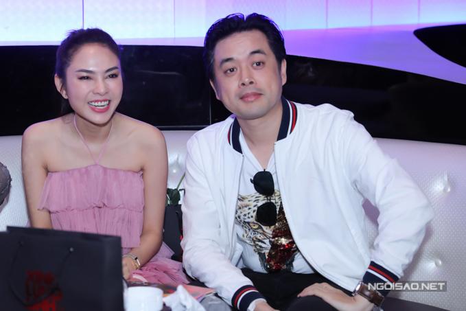 Nhạc sĩ Dương Khắc Linh sánh đôi vợ sắp cưới Ngọc Duyên đến dự họp báo.
