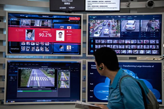 Công nghệ nhận dạng khuôn mặt và trí tuệ nhân tạo được hiển thị trên màn hình tại cơ sở Huawei ở Thâm Quyến.