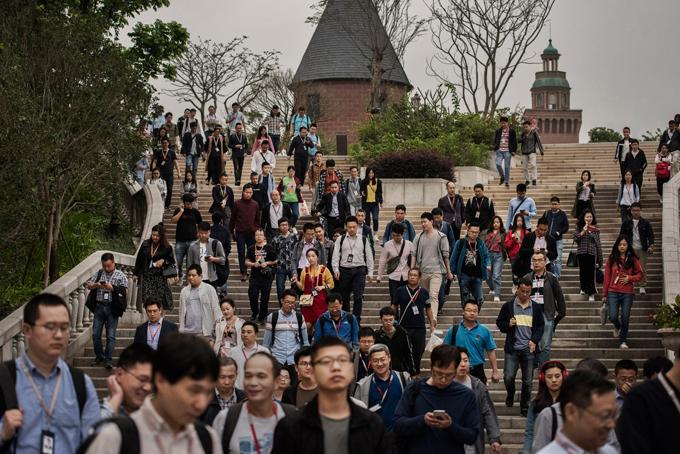 Trụ sở của Huawei tại tỉnh Thâm Quyến, Trung Quốc - một khuôn viên rộng lớn được bao quanh bởi cây cối, các tòa nhà cỡ trung và hồ nước. Khi mới thoáng nhìn qua rất nhiều người nhầm tưởng đây là một trường đại học lớn với cảnh tượng các nhân viên đổ ra từ các tòa nhà, đi lại nhộn nhịp giữa vài chục quán ăn lớn, nhỏ.