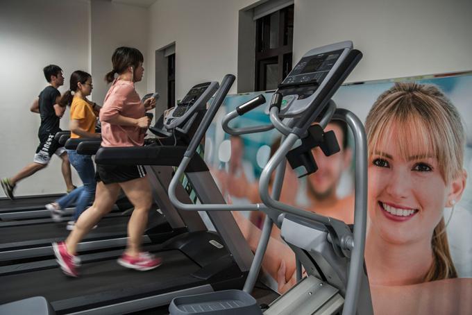 Bên trong trụ sở Huawei còn có phòng tập gym miễn phí dành cho nhân viên. Theo CNN,Huaweilà công ty trả lương cao nhất nhì Trung Quốc cho nhân lực trình độ cao, và nhiều nhân viên học nước ngoài hoặc các trường hàng đầu. Huawei cũng là công ty luôn lôikéo nhân tài từ các công ty khác và mời các chuyên gia nước ngoài về làm việc nhờ chế độ đãi ngộ cao.