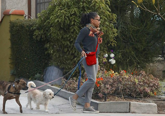 Bà Doria Ragland dắt hai con chó đi dạo gần nhà ở Los Angeles, Mỹ. Ảnh: Mega.