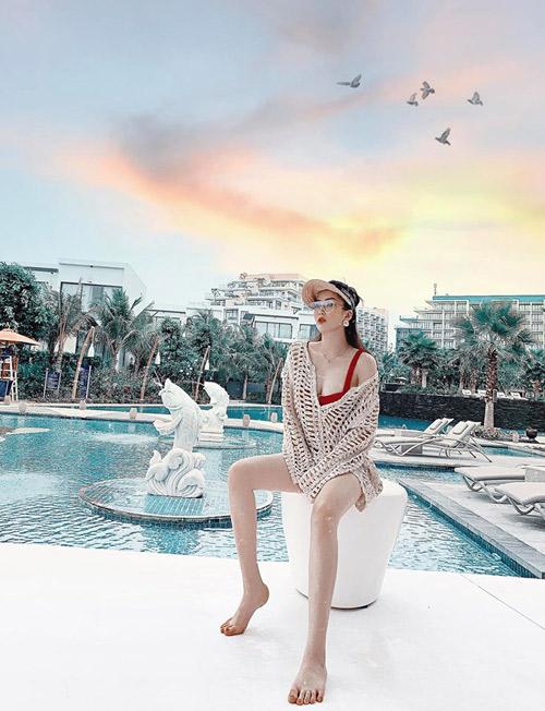 Khách sạn có hồ bơi dài rộng, kéo đến tận bài biển, đủ thỏa mãn cho những ai thích bơi lội như Hàng My. Ngay cạnh bãi biển có bar của khách sạn, bạn chẳng cần đi xa cũng có thể ngắm hoàng hôn, với wifi căng đét.