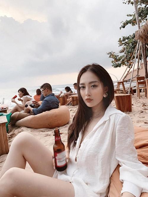 Điểm đến tiếp theo được em họ Hương Tràm tư vấn là quán bar bên bờ biển Ocsen Beach bar - nơi ngắm hoàng hôn nổi tiếng ở Phú Quốc. Hãy tới đây, gọi đồ uống, ngắm trời, ngắm biển, một cảm giác thật chill. Ở đây có lối bài trí bắt mắt và ấn tượng. Ghế ngồi là những bao hạt cát màu cam rất hợp cảnh, nhưng đặt ngay trên cát biển nên cảm giác hơi bẩn một chút. Mình ngồi chụp ảnh đủ mọi góc mà vẫn thấy chưa đủ vì cảnh đẹp mê mẩn, nằm ra ghế tận hưởng gió biển chẳng muốn về. Giá order đồ uống tầm 70.000 - 100.000 đồng. Bên trong còn có cả bàn bi-a. Nói chung, nếu tới Phú Quốc thì nên ghé qua nơi này thử một lần để cảm nhận, người đẹp sinh năm 1994 chia sẻ.