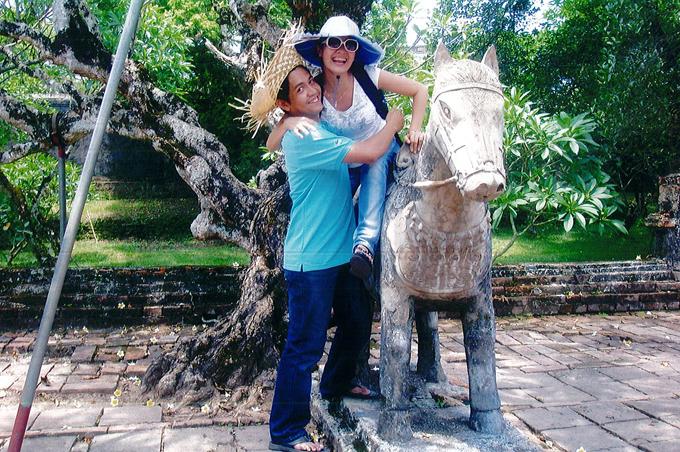 Đôi uyên ương mặc giản dị như sinh viên, cùng nhau đi từ thiện và tham quan cảnh đẹp ở Huế.