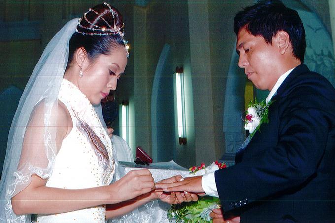 Trước đó, hai vợ chồng đã làm lễ cưới tại nhà thờ theo nghi thức của đạo Công giáo.