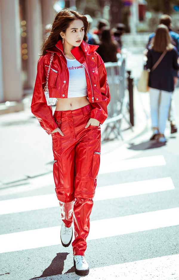Ngọc Trinh 'biến hóa' phong cách khi dạo phố ở Cannes