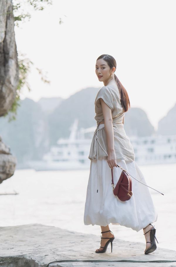 Áo trang trí dây rút dây thừng, chân váy midi kiểu dáng độc đáo được Mai Thanh Hà phối cùng sandal cao dót, túi yên ngựa Dior.