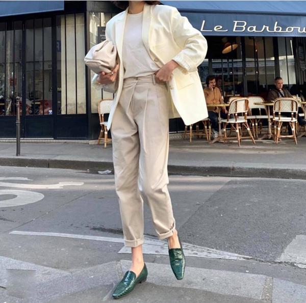 Quần ống côn tông màu đơn sắc thường được mix cùng áo thun trơn, blazer dáng rộng nhằm tôn nét hiện đại cho người mặc.