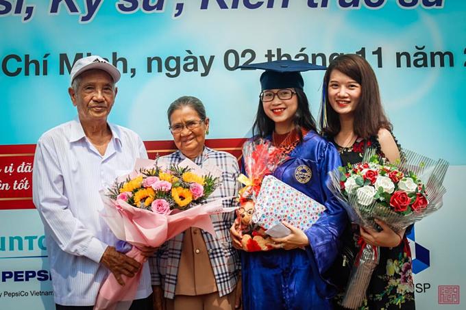 Ông Bích và bà Thuận trong lễ tốt ngh.iệp đại học của cháu ngoại, Như Hảo (thứ 3, từ trái qua).