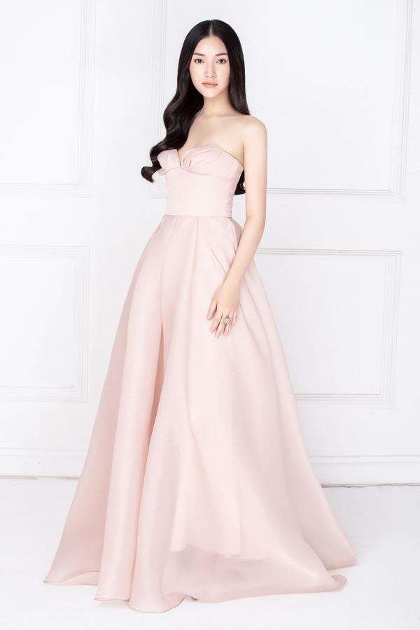 Váy cúp ngực gam hồng ngọt ngào giúp mỹ nhân gốc Huế khoe vai trần, ngực đầy.