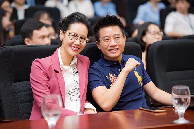 Doanh nhân Việt Thắng, ông xã của Dương Thùy Linh, cũng có mặt tại sự kiện để ủng hộ vợ.