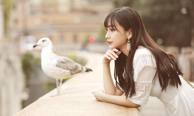 Bà xã Huỳnh Hiểu Minh xinh đẹp, nhỏ nhắn, trẻ hơn tuổi nên không khó để hóa thân thành cô gái tuổi ngoài đôi mươi. Tuy nhiên, diễn xuất của cô không tiến bộ, vẫn gồng, cứng như nhiều phim trước.