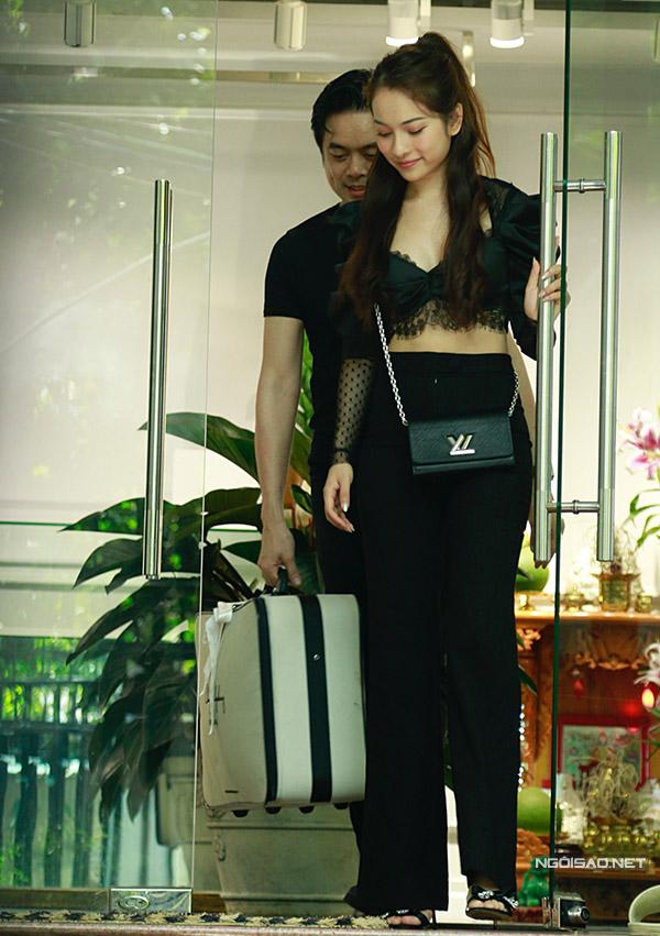 Cặp đôi trông rạng ngời hạnh phúc sau buổi thử trang phục.