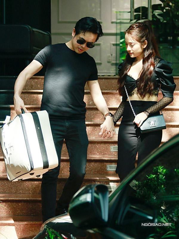 Nhạc sĩ Việt kiều một tay nắm chặt bạn gái sinh năm 1993, tay còn lại xách vali đựng đồ cưới.