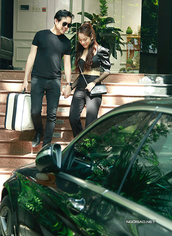 Dương Khắc Linh và Sara Lưu hẹn hò từ một năm nay, tình cảm rất mặn nồng. Làm cùng nghề nên cặp đôi có nhiều điểm chung và dễ dàng chia sẻ, hỗ trợ nhau trong cả công việc lẫn cuộc sống đời thường.