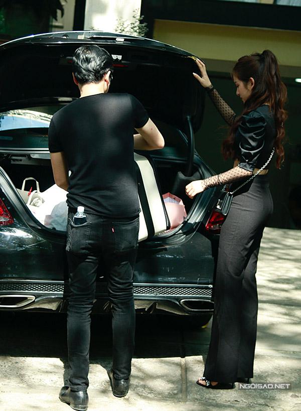 Dương Khắc Linh chất đồ vào cốp xe riêng.
